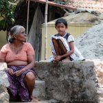 Alte Frau mit Kind Indien