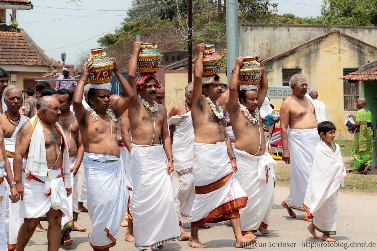 Chennakesava Prozession um den Tempel herum